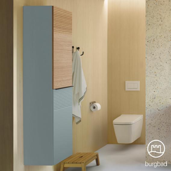Burgbad Fiumo Hochschrank mit 2 Türen Front eisblau softmatt/tectona zimt dekor / Korpus eisblau softmatt